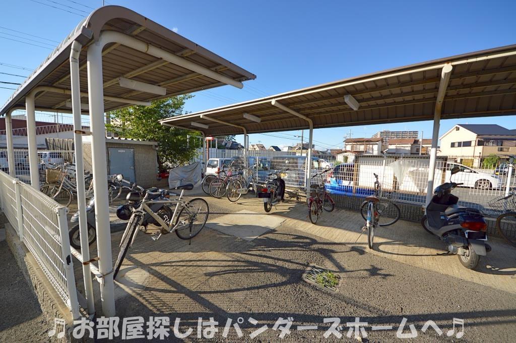 屋根付き駐輪場。バイクも駐輪できます。